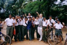 uczniowie razem z arkiem - na podworku szkolnym