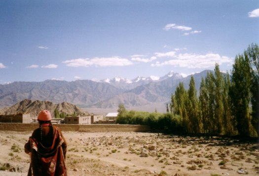 widok na gory - kobieta w tradycyjnym stroju z Ladakhu