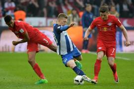 BERLIN, GERMANY - MAY 6: (L-R) Bernardo, Mitchell Weiser of Hertha BSC and Marcel Sabitzer of RB Leipzig during the game between Hertha BSC and RB Leipzig on may 6, 2017 in Berlin, Germany. (Photo by Florian Pohl/City-Press via Getty Images)